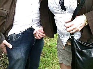 吸色情影片的妻子与一个陌生人是享受业余的金发女郎